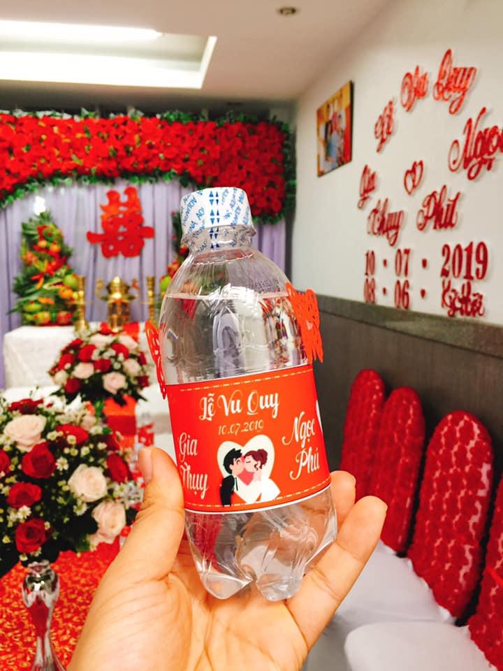 Nhãn chai nước dán trong đám cưới